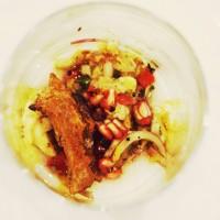 Salpicón de murión asado sobre puré de lychees y flor de sal de aceitunas negra