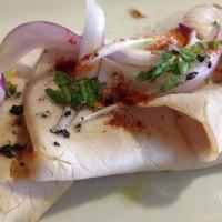 Pata asada con cebolla morada, pimentón de La Vera y flor de sal de aceitunas negras